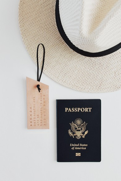 Visačka na kufr z kůže - Foto: © AlmostMakesPerfect